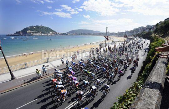 pronostici favoriti Clasica San Sebastian 2013 - Il passaggio del gruppo lungo le famose spiagge di San Sebastian