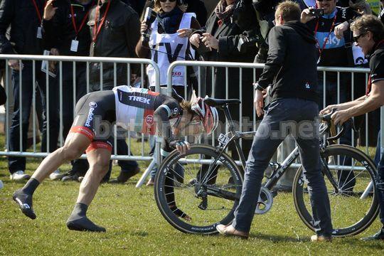 Cancellara scende dalla bici e si distende sul prato dopo la vittoria -  © Bettiniphoto