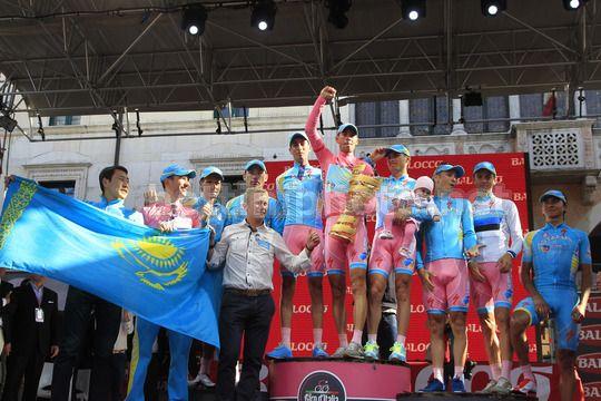 Le pagelle del Giro d'Italia 2013 - Nibali festeggia la vittoria del Giro insieme ad i suoi compagni di squadra