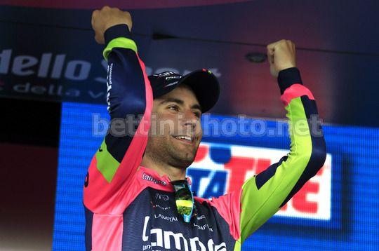 La gioia di Diego Ulissi sul podio dell'8^ tappa del Giro d'Italia 2014 - © bettiniphoto