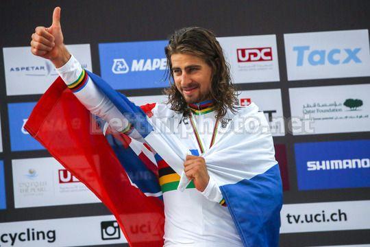 Peter Sagan, con bandiera slovacca sulle spalle, festeggia la seconda maglia iridata - © BettiniPhoto