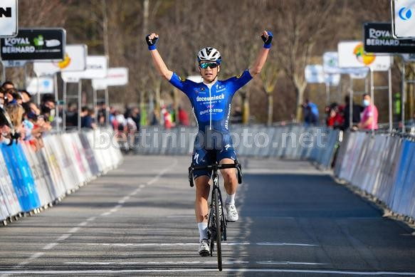 Andrea Bagioli esulta in solitaria sul traguardo (Photo credit: Bettini Photo)