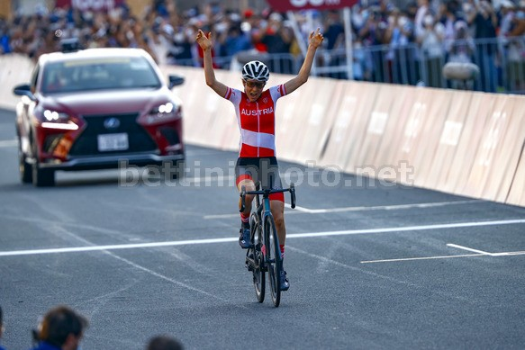 Larrivo della Kiesenhofer sul traguardo della gara olimpica (foto Bettini)