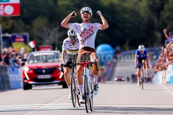 Benoit Cosnefroy batte il campione del mondo Alaphilippe in volata. Photo Credit: Bettini Photo