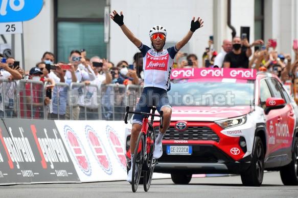 Vincenzo Nibali trionfa in solitaria sul traguardo di Mascali. Photo Credit: Bettini Photo