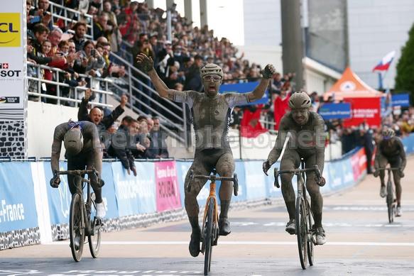 Sonny Colbrelli vince la Parigi - Roubaix 2021 (foto: Bettini Photo)