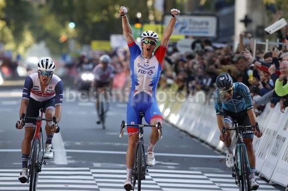 Arnaud Demare vince la Parigi Tours 2021 (foto: Bettini Photo)